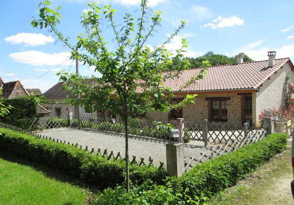 Terrain de pétanque des locations de gîtes et chambres d'hôtes en Dordogne Périgord à La Douze Chez Françoise et Jean-Louis
